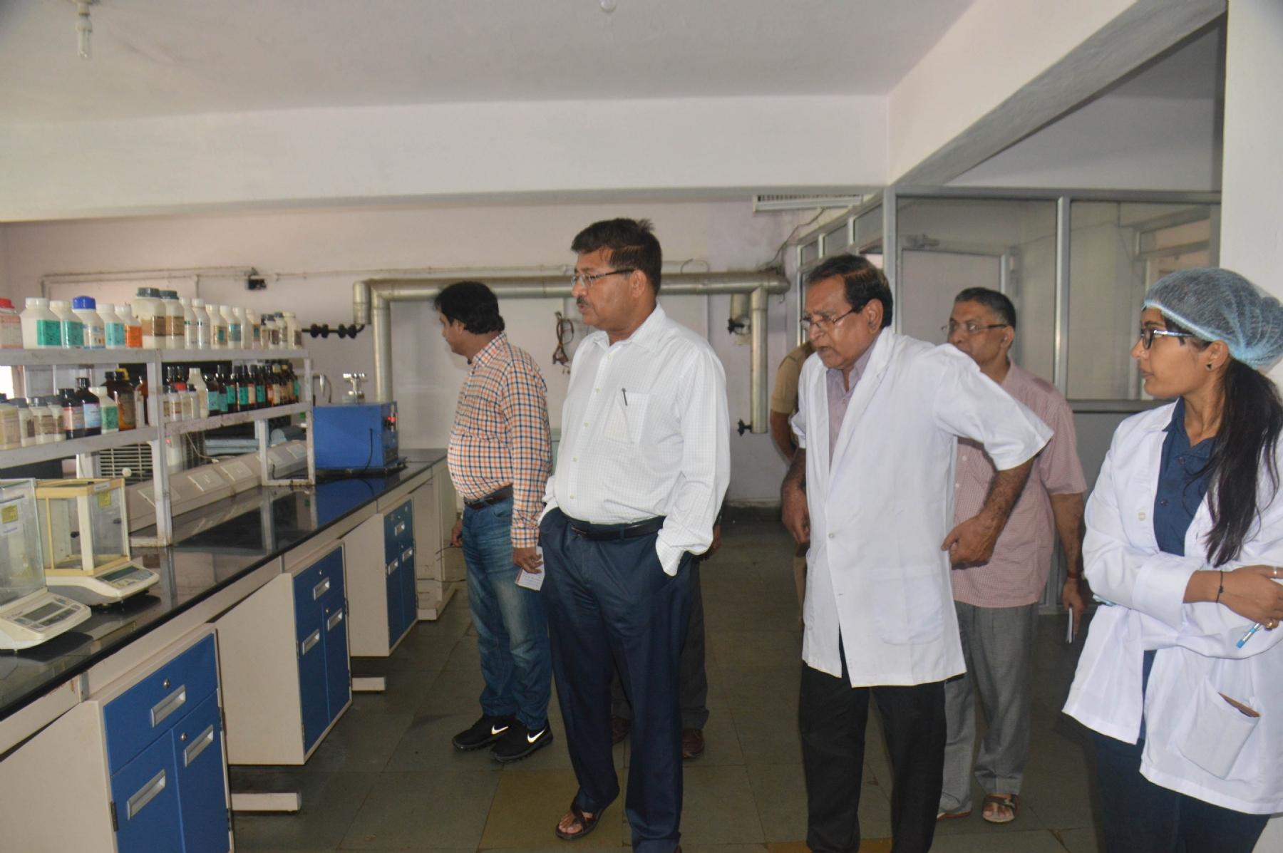 Divinl Commnr inspects processing plant of Dugdh Sangh, Sanchi