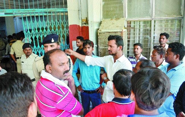 Deceased clerk's kin gherao police station
