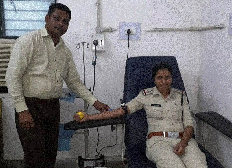 Dindori SI Ankita Jain donates blood