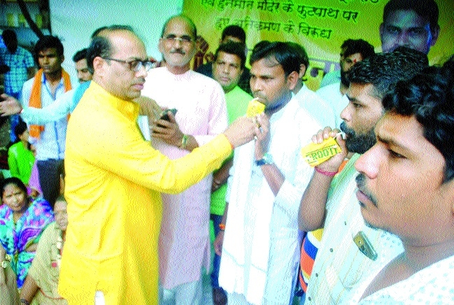BMC Chairman assures quick action to agitating residents of 1100 quarters