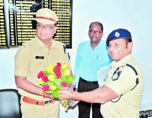 Shukla accords warm welcome to new SP Amit Singh