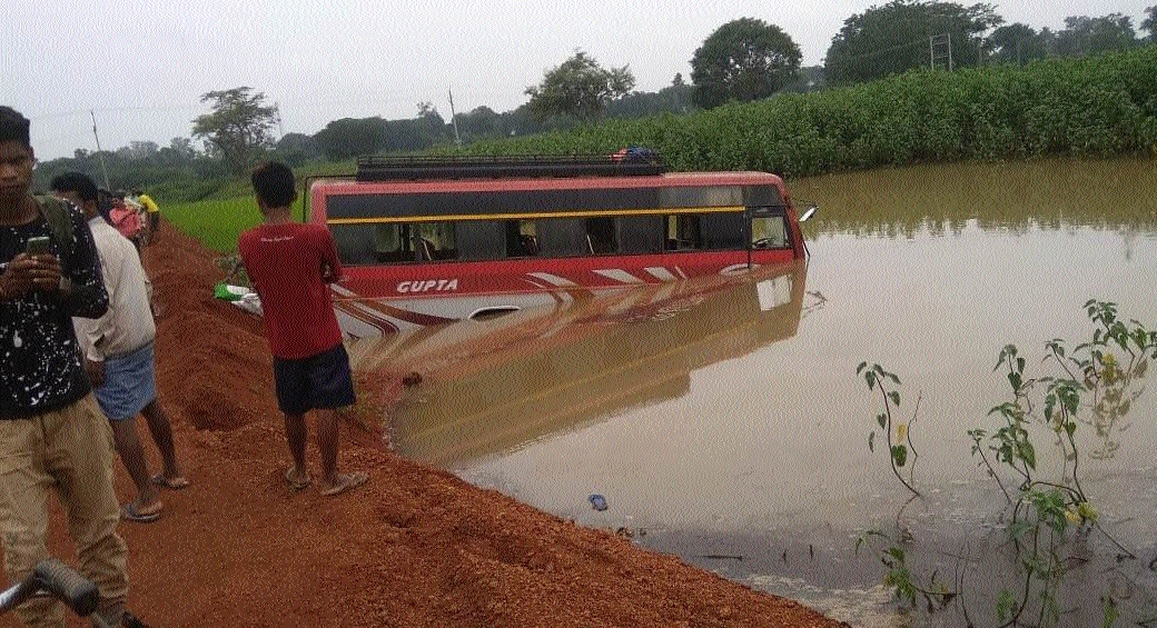 Three including minor injured after bus plunges into rivulet near Chandeli