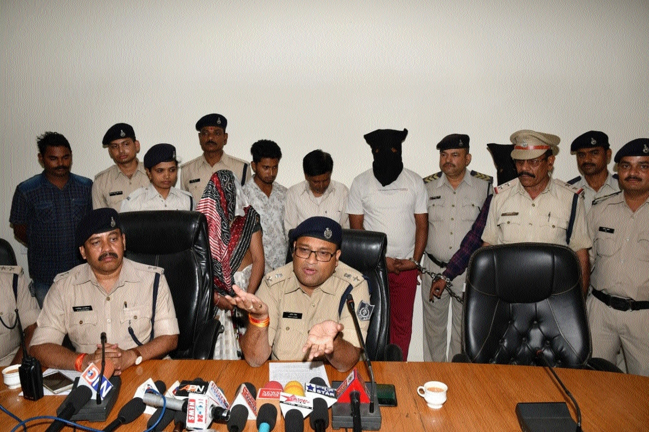 4 accused, including woman, held in duping case