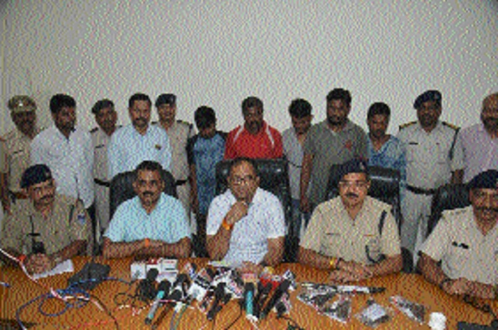 6 accused held, pistols, sharp weapons seized