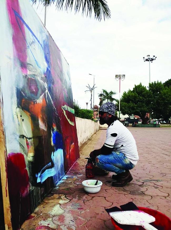 City artist Gulrez Ali makes unique painting at Iqbal Maidan