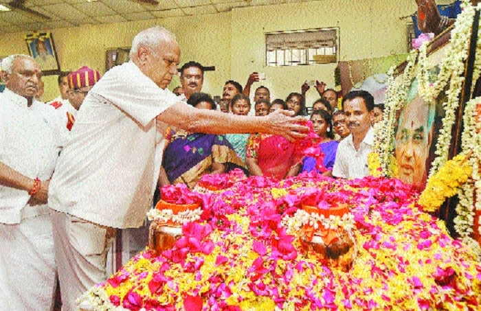 Tamil Nadu Governor Banwarilal Purohit pays tribute to former Prime Minister Atal Behari Vajpayee as his ashes are taken for immersion in Chennai TN Thursday