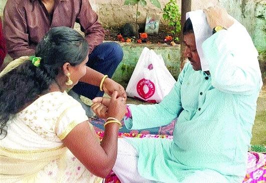 AAP State President Agrawal celebrates Rakhi with slum dwellers near MANIT