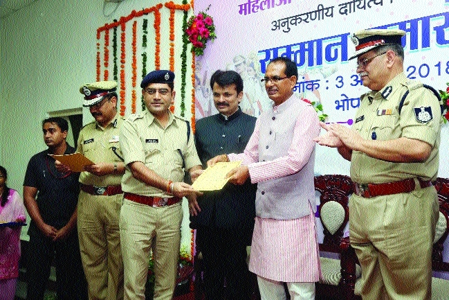 CM honours cops who ensured death penalty to tormentors of women
