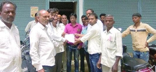 Farmers submit memorandum against frequent power cuts