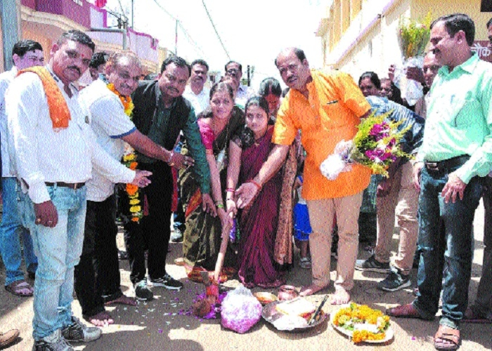 Mayor Godbole performs bhoomipujan for cement concrete road at Shastri Nagar