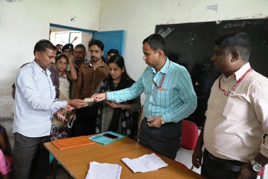 Collector, Panchayat CEO give Smart Cards to villagers