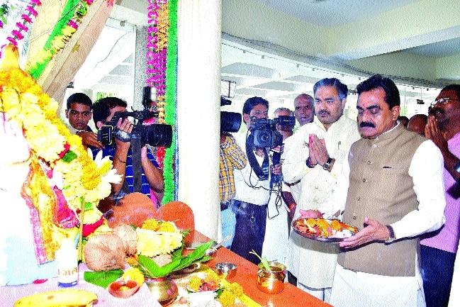 BJP, Cong install idols of Lord Ganesha at party office