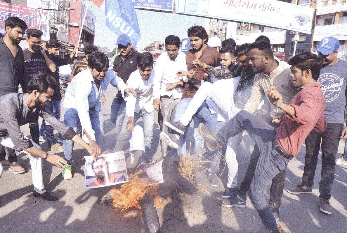 NSUI burns effigies of Prime Minister Modi