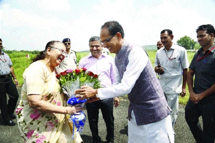 CM welcomes Lok Sabha Speaker Sumitra Mahajan