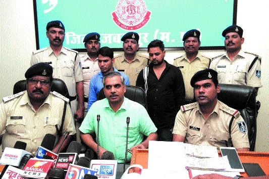 2 held from Delhi for duping garment trader