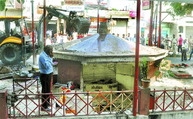 Continue drive against illegal shrines on roads, footpaths: HC to civic authorities