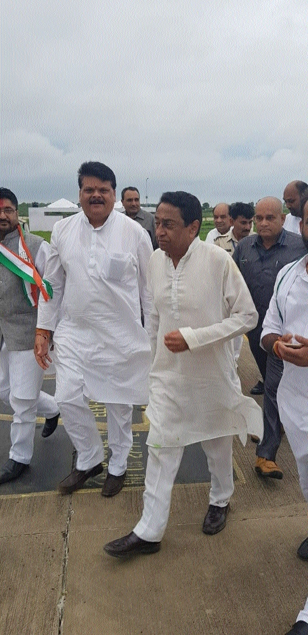 Congress workers welcome Kamal Nath at Dumna Airport