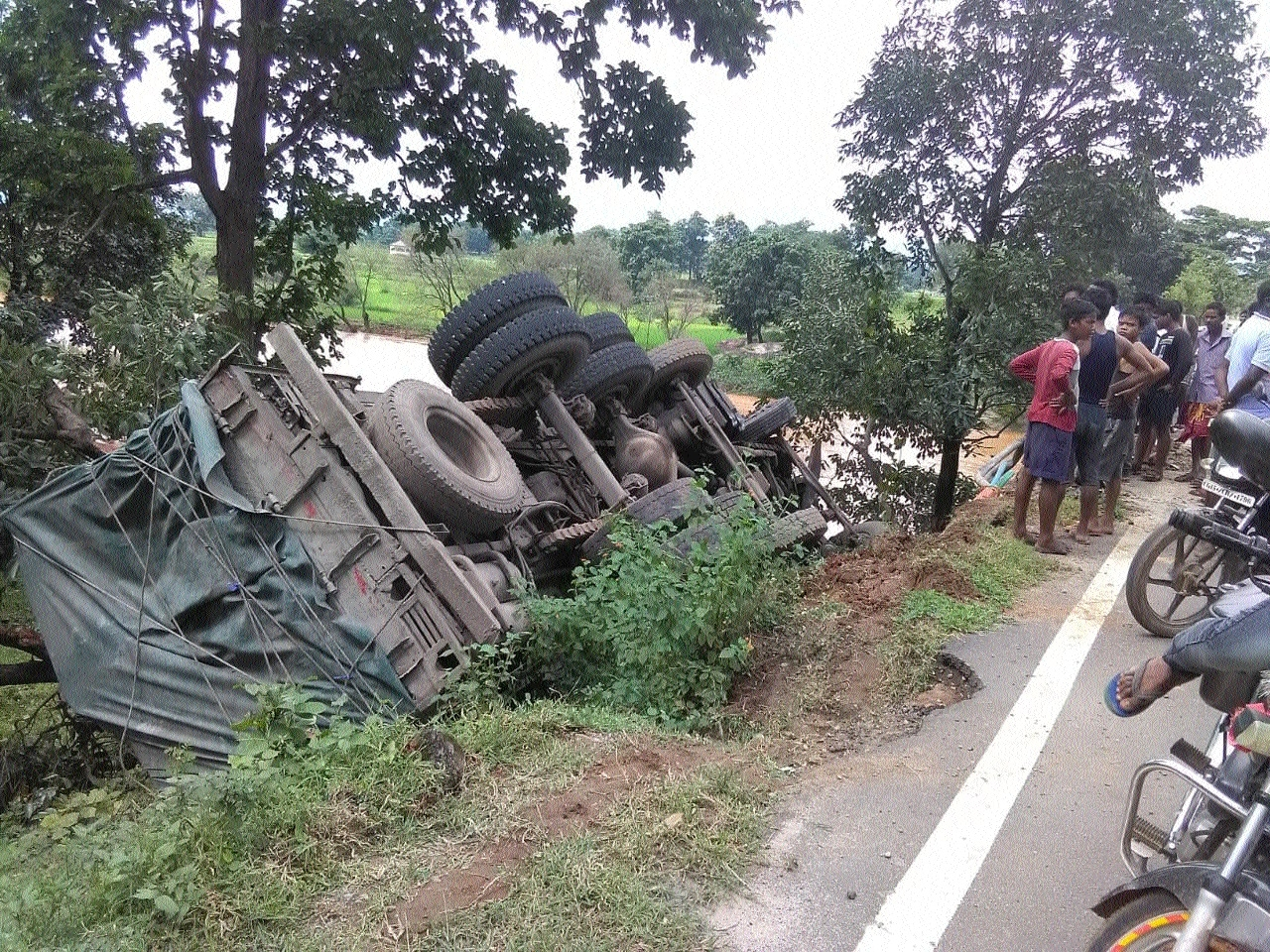 One injured as cement-laden truck overturns in Kunkuri