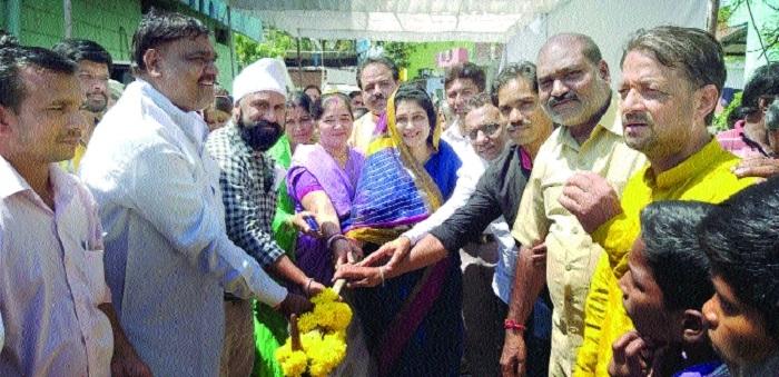 Former Mayor Gaur performs bhoomipujan for road construction