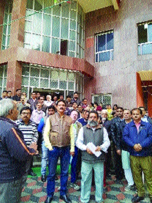 EC employees demonstrate in support of their demands