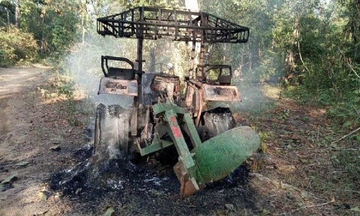 Naxalites set tractor on fire in Bijapur