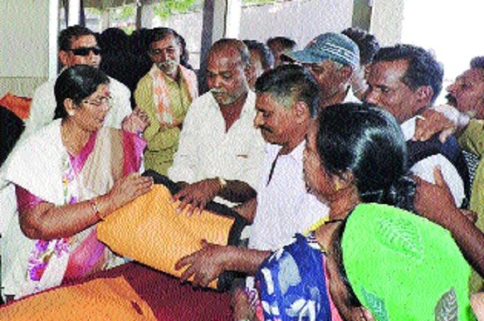 Mayor Chandrakar distributes blankets among sanitary workers