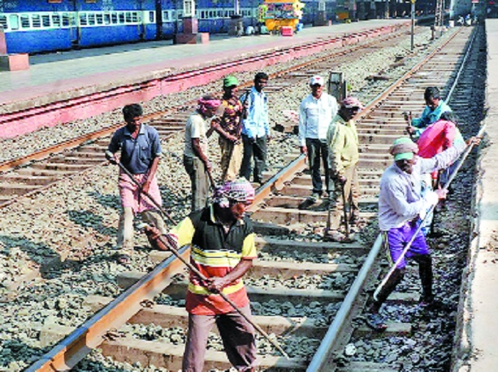 Only 23 pc labour working in Rlys paid minimum wages: CAG report