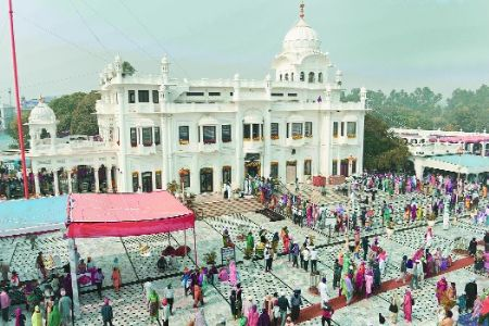 Tens of thousands converge on Guru's holy town