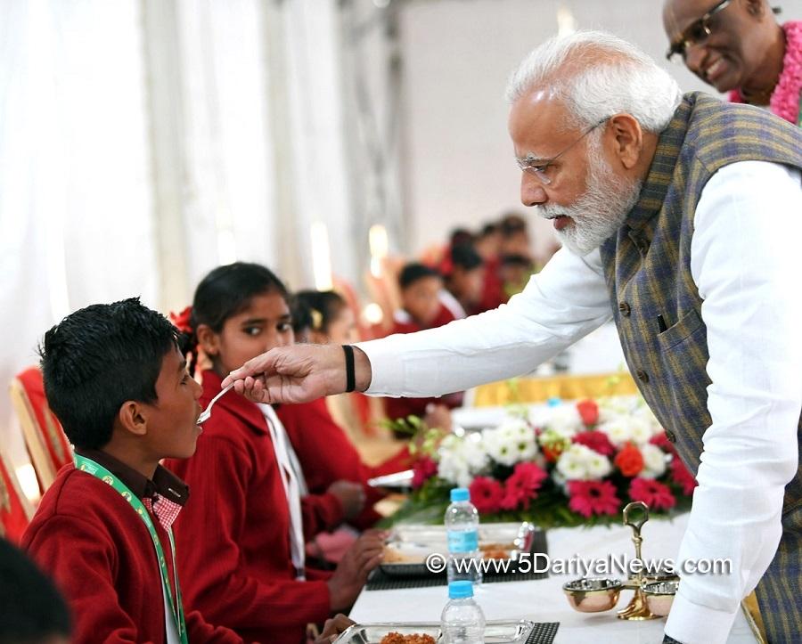 Modi serves Akshaya Patra's 3 billionth meal