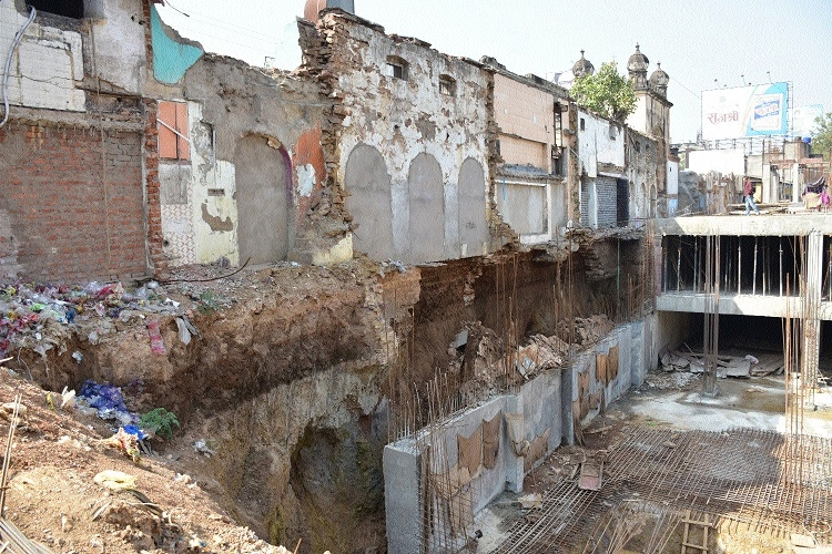 RMC evicts three shops in Jawahar Market as ground below them caved in