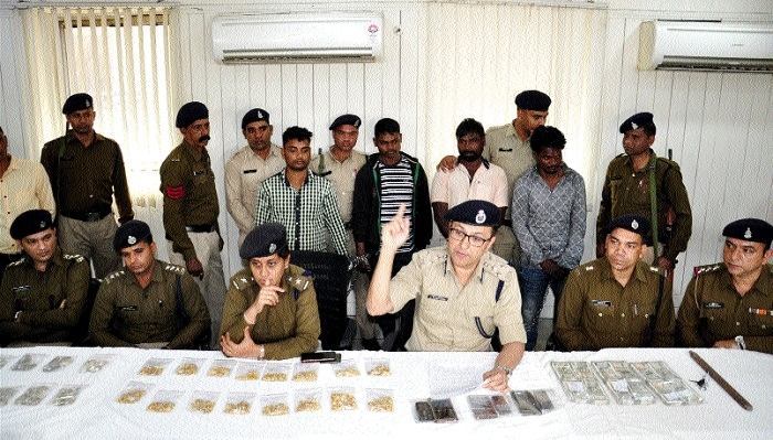 6 including a minor held in jewellery shop theft case