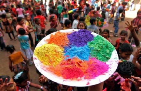 Care for your eyes while playing Holi