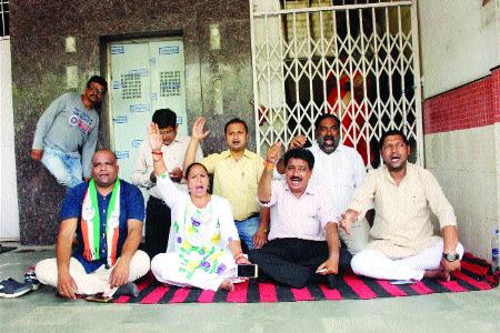 Congress corporators stage protest at BMC headquarters