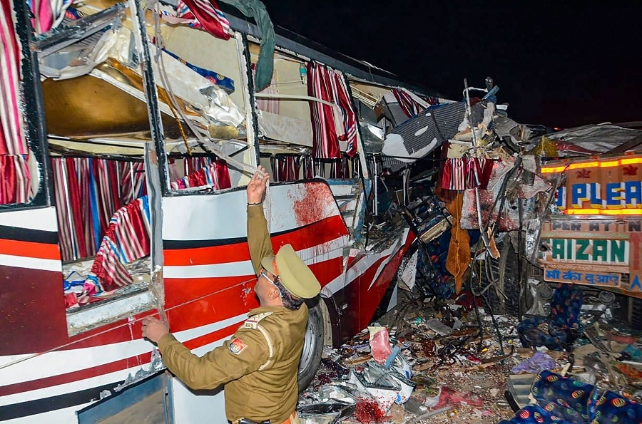 14 killed 25 hurt in bus