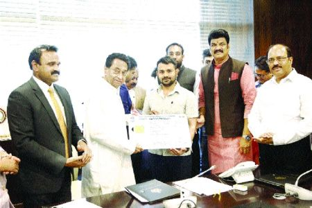 CM dedicates unified driving license and registration card