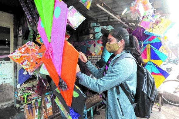 A girl purchasing kite _1
