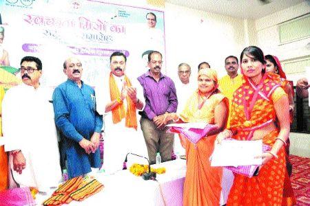MLA Khatri fetes Swachhta Mitras on Valmiki Jayanti