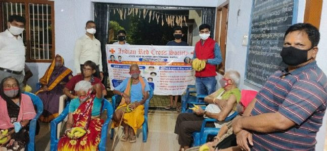Indian Red Cross Society distributes fruits, masks at old age home on Uikey's birthday