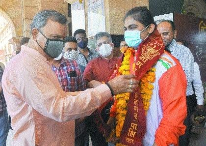 Alfiya Pathans with mayor