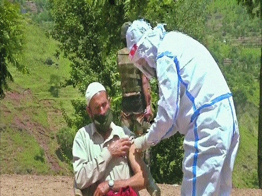 Army vaccinates villagers