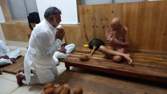 Prahlad Patel seeks blessings of Vidyasagar Maharaj