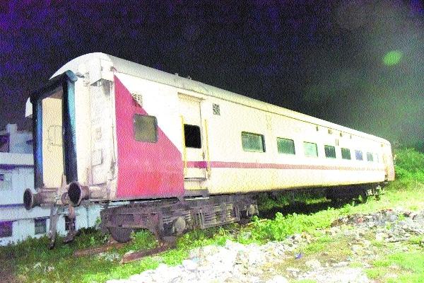 Scrap rail coach _1